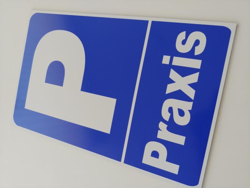https://www.kennzeichenshop24.de/mediafiles//kunden/Parkplatzschild-Praxis1603812615.jpg