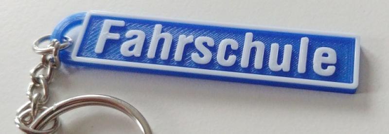 https://www.kennzeichenshop24.de/mediafiles//kunden/Schluesselanhaenger-Fahrschule-zweifarbig_1633343901.jpg